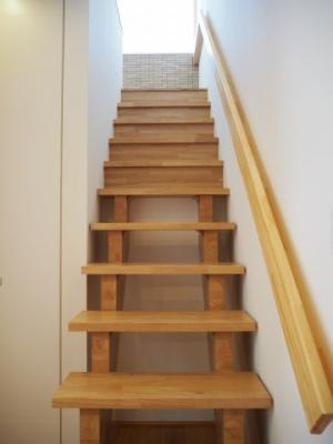 弊社モデルハウス:階段 物件から徒歩約1分の所にモデルハウスがあります。 すぐに見学可能ですのですのでお気軽にお越しください('ω')