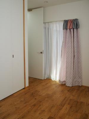 弊社モデルハウス:洋室 物件から徒歩約1分の所にモデルハウスがあります。 すぐに見学可能ですのですのでお気軽にお越しください('ω')
