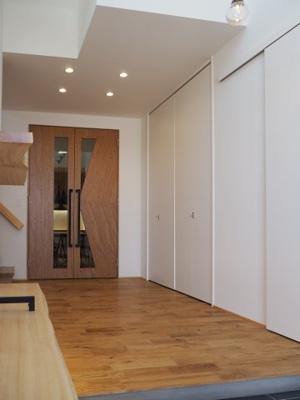 弊社モデルハウス:玄関 物件から徒歩約1分の所にモデルハウスがあります。 すぐに見学可能ですのですのでお気軽にお越しください('ω')