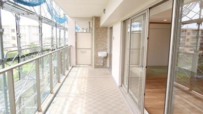 LDK、和室から眺めるバルコニーは長さと奥行きを兼ね備え、開放感と明るさがあります♪深さのあるスロップシンクが設置されており、お子様の運動靴やちょっとした洗い物など、お手軽に使用できますね。