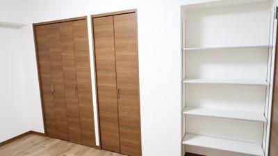 クローゼットと2ヶ所の収納棚がある洋室は、お子様部屋としてもぴったりです。豊富な収納棚があるのでお部屋もスッキリと見せてくれます。