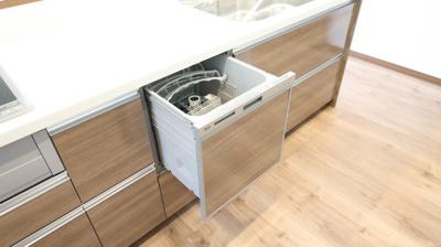 フローリングの色調と統一されたシステムキッチンは違和感なくリビングに馴染みます。IHコンロを完備しており、お掃除も簡単に。家事労働時短になる食器洗い洗浄乾燥機がビルトインされています。