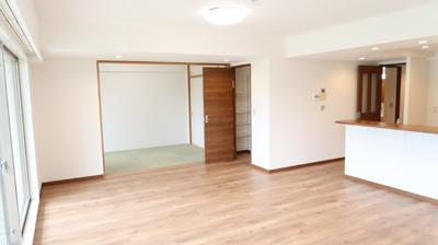 開放的な空間が広がるLDKからは趣ある和室も完備しており、ゲストルームとしてのご利用も♪爽やかな住空間を演出しています。リビングからも和室からもバルコニーへつながり、眺望も楽しめますね♪