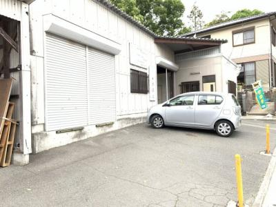 車は倉庫前に3~5台停めることが可能です。