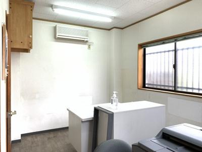 事務所の写真です。静かな空間でデスクワークが出来ますね。