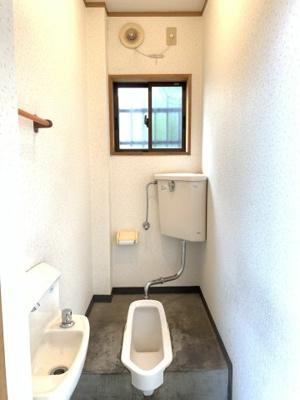 トイレには換気が出来る窓もございます。