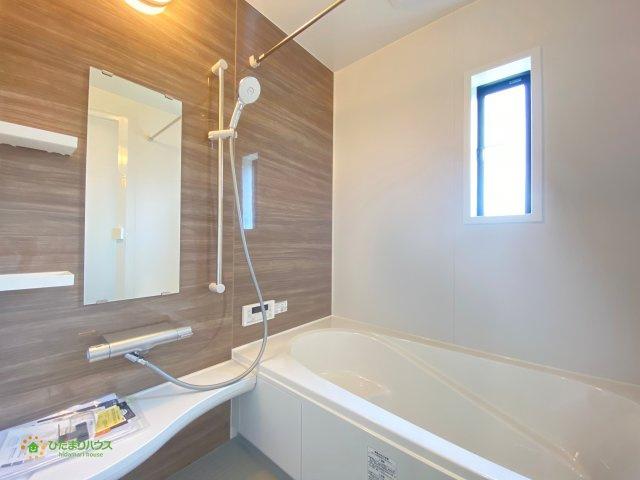 アクセントクロスがオシャレな浴室♪便利な浴室乾燥機付きです!