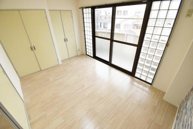 大きな窓が開放的な洋室。