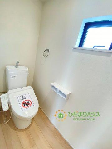 窮屈感のない温水洗浄便座付きトイレです♪