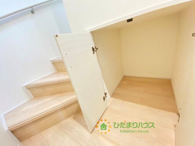 ちょっとした収納が嬉しい階段下収納!