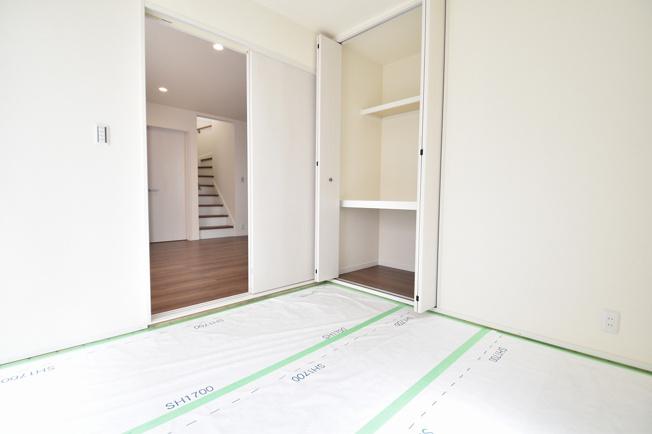 1F 和室 4.5帖 日焼けでの変色が御座いますので、畳事態は後から設置になります。