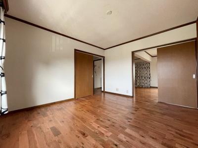 お隣はリビングなので扉を開放して広く利用することもできます
