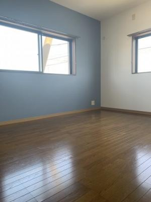 洋室の写真です。アクセントクロスがオシャレです。