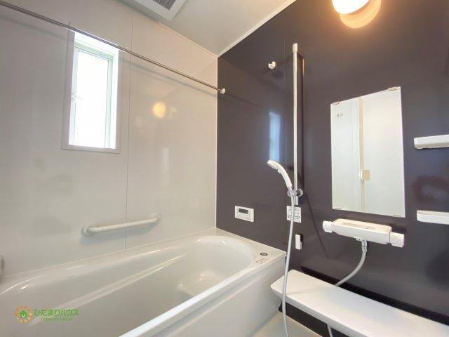 アクセントクロスがオシャレな浴室です!足を伸ばしてゆっくりとおくつろぎ頂けます♪