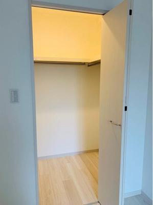 【北西側洋室約6帖WIC】 たっぷり収納! コートやスーツだけでなく、収納棚を中にしまえば ニットやパンツも中にしまえて お部屋をすっきりとお使いいただけます! お部屋のコーディネートと幅が広がります