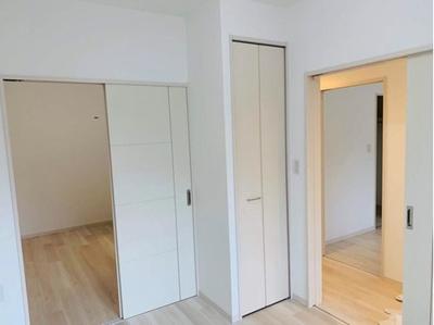 【北東側洋室約5帖】 奥の洋室約5帖と繋げると、約10帖の大空間が生まれます。 こちらを主寝室にしてもよし、 半分はリモートワークなどにも活用できる 「すごもりストレージ」にしてもよし!