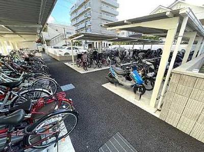 【駐輪スペース】 屋根付きの駐輪スペースは嬉しいです! 最近は電動アシスト付きの自転車が多いと思います。 結構いいお値段しますので、雨ざらしにしておくのが。 多少は汚れますが、屋根付きだとよいですね!
