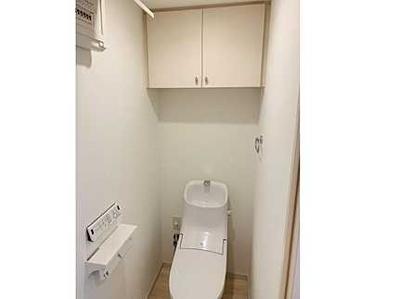 【機能&棚がポイント!】 高機能のトイレです。 ツインペーパーホルダーなので、 もしもの時も慌てない!! あると嬉しい棚付いてます!