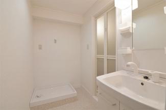 洗面室には洗濯機置き場が設けられております♪洗濯防水パンは新品です!!