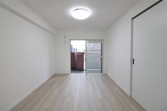バルコニーに面する洋室6帖です♪バルコニーに面した明るく開放的な室内です!!