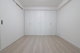洋室4.5帖です♪大きなクローゼットが設けられております!!室内を有効に使用していただけます(^^)