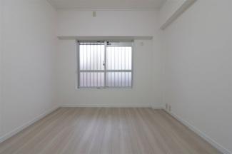 玄関横の洋室4.9帖です♪独立した居室です!在宅ワークのお部屋としてもいいですね(^^)