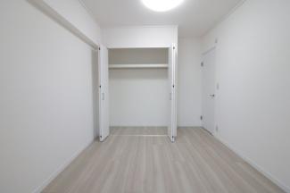 玄関横の洋室4.9帖のクローゼットです♪お洋服・小物が収納できるので室内を有効に使用していただけます(^^)