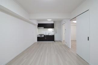 LDKはゆとりの11帖です♪バルコニーに面した明るく開放的な室内です(^^)令和3年2月室内リフォーム済み!お手入れ無しで即ご入居していただけます♪ぜひ素敵な室内を現地でご確認ください(^^)