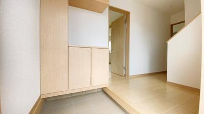 (同仕様写真)備え付けの下駄箱は可動棚仕様なので無駄なスペースなく靴を収納可能。来客時にスッキリした玄関でお出迎え出来るので気持ちがいいですね。