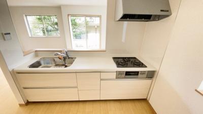 (同仕様写真)リビングが見渡せるキッチンで家族のコミュニケーションもしっかり取れます。シンプルで使いやすいキッチンを採用しています。シンクの広さも充分なので食器を洗うときも作業しやすい!