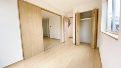 (同仕様写真)LDKと隣接している5帖の洋室もあります。収納スペースを備えています。 LDKと一体活用で20帖以上になります。