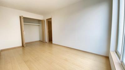 (同仕様写真)主寝室は7.5帖。全居室南向きで日当たり・風通し良好。プライベート空間は2Fに3部屋確保。シンプルな色合いなのでお好みの居室を演出するのも楽しみの一つですね!