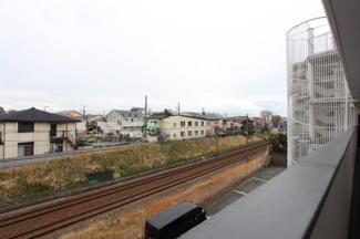 東側、廊下部分からの眺望です。小田急江ノ島線の線路が見えるので、電車好きの方にはたまらないですね。翔、廊下部分からの眺望です。小田急江ノ島線の線路が見えるので、電車好きの方にはたまらないですね。