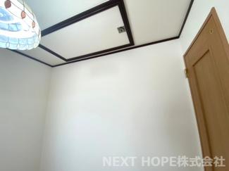 2階洋室11帖の天井から屋根裏収納に移動できます!!