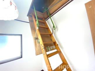屋根裏収納への階段です♪
