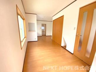 1階LDKは約14帖の広々とした快適空間です♪収納も豊富です!!壁面にはニッチも有り!ぜひ素敵な室内を現地でご覧ください(^^)お気軽にネクストホープ不動産販売までお問い合わせを!!