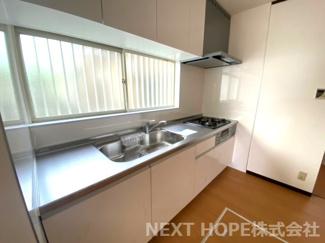システムキッチンです♪キッチン前には大きな窓も有り、たいへん明るく開放的です!!お料理するのも楽しくなりますね(^^)キッチン足元には床下収納が設けられており、食品のストック場所として重宝しますね!