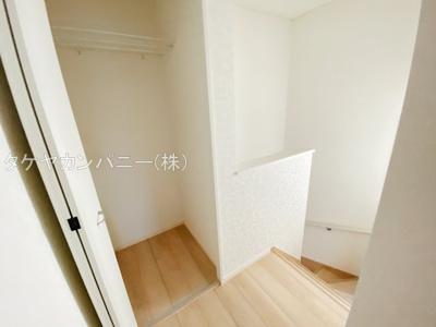 (同仕様写真)全室にCLを確保しています。枕棚付きの収納なので小物もしっかり整理できてとても重宝します!