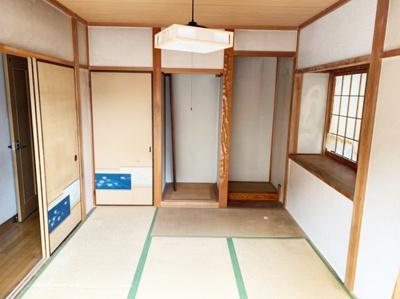 来客時にも便利な和室付きです。