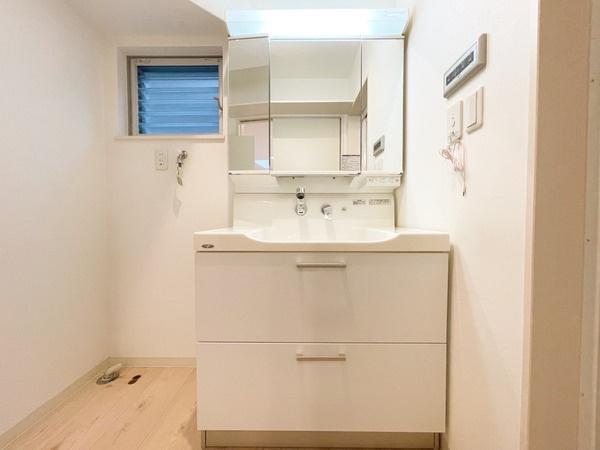 シャワー付き洗面台と洗濯機置き場です