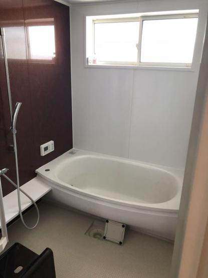 バスルームの窓は高い位置にあるので、換気はできつつ外からの視線が気になりません