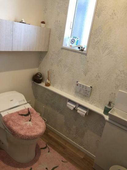 トイレには収納スペース、手洗いあり