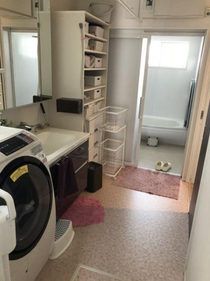 洗面室にはドラム式洗濯機も置くことができます