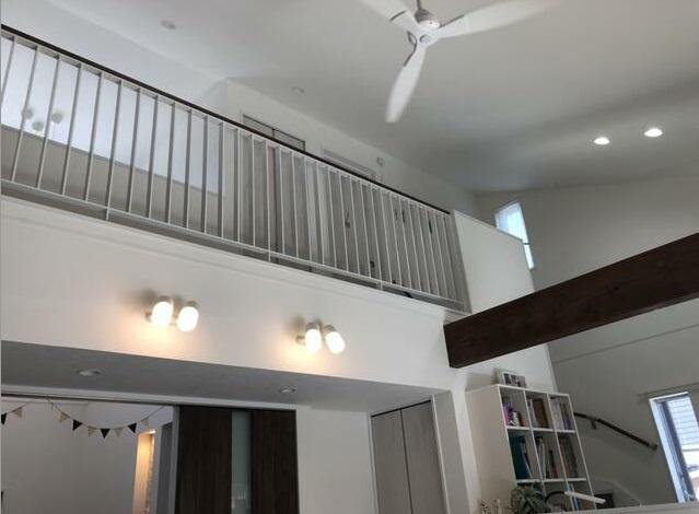 リビングの高い天井にはシーリングファンがあるので冷暖房を効果的に使うことができます