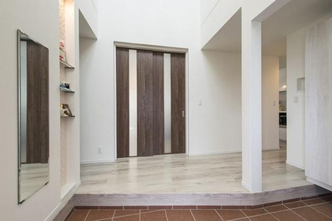 広々とした空間の玄関スペース。ウォークインのシューズクローゼットもあります