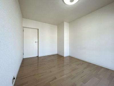 南向き洋室約5帖、シンプルな内装はインテリアが映えます