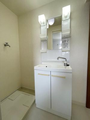独立洗面室、洗面室にもドアがあるので脱衣室としても使い勝手◎