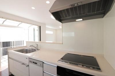 使いやすい食洗機付きの対面キッチンです