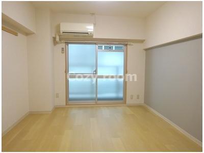 居間は、洋室約6.5帖です。