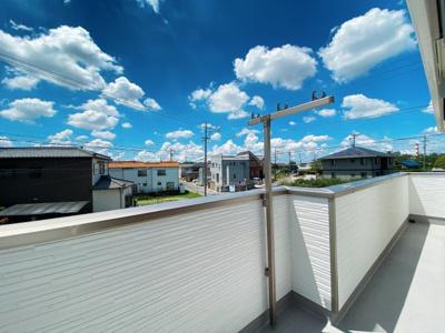 【3号棟です】閑静な住宅街が見渡せるバルコニーは陽当たりも良好!洗濯物もたくさん干せる2Wayバルコニーです